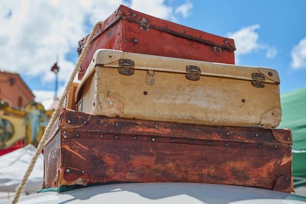 Close-up, de, antigas, vindima, viaje malas, prendido, para, a, telhado, de, um, car, em, segovia, espanha