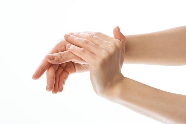 Close-up de aplicação de creme de cuidado de pele massagem mão. foto de alta qualidade