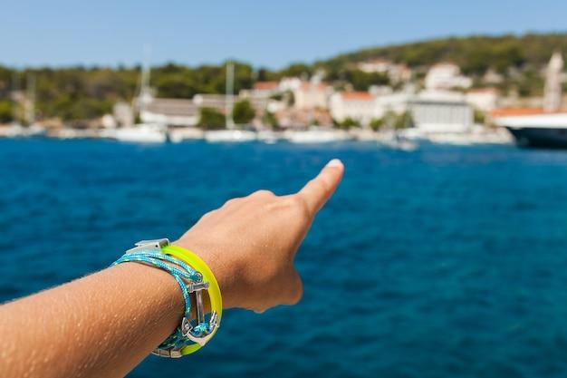 Close up de apontar o dedo para a baía