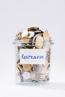 Close-up, de, aposentadoria, recipiente vidro, cheio, de, moedas, branco, fundo
