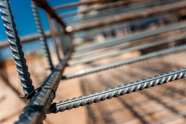 Close-up de armação de metal para encher uma parede monolítica com um plano borrado