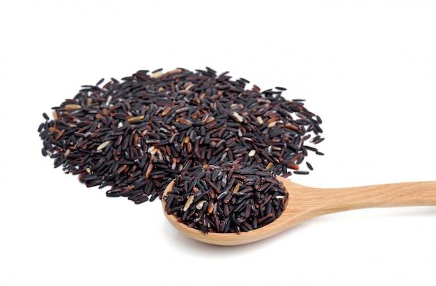 Close up de arroz de riceberry em colher de pau em fundo branco