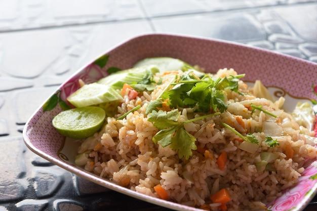 Close up de arroz frito, comida tailandesa local