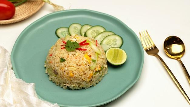 Close-up de arroz frito tailandês caseiro na mesa de jantar com talheres e guardanapo