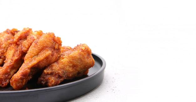 Close-up de asas de frango frito coreano isoladas em um fundo branco no estúdio