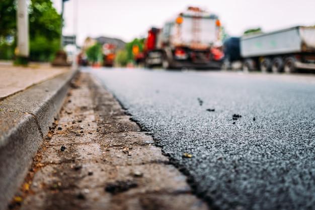 Close-up de asfalto fresco. trabalho de reparação de estradas.