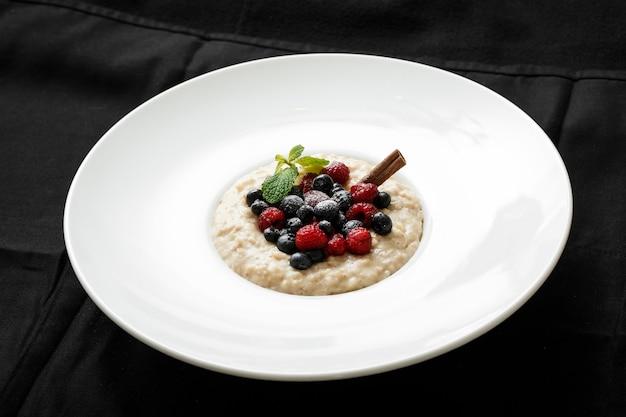 Close-up de aveia com frutas no prato branco