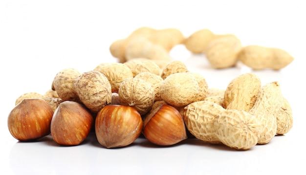 Close-up de avelãs e amendoins frescos