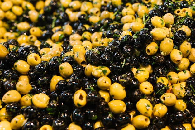 Close-up de azeitonas marinadas com ervas e especiarias