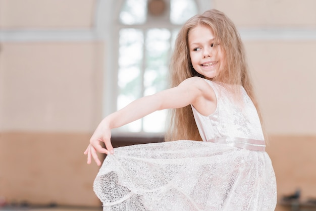 Close-up, de, bailarina, menina, segurando, dela, vestido