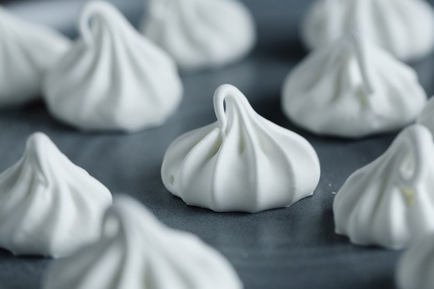 Close up de baiser merengue branco caseiro.