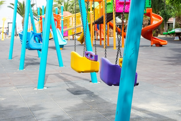 Close up de balanços de crianças de plástico colorido