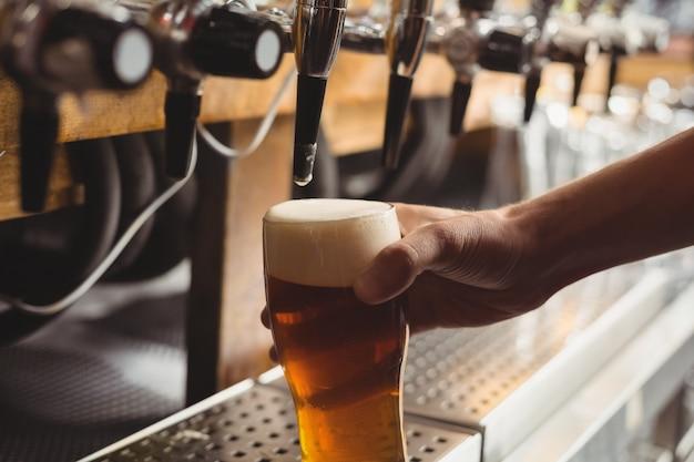 Close-up de bar concurso cerveja de enchimento da bomba de bar