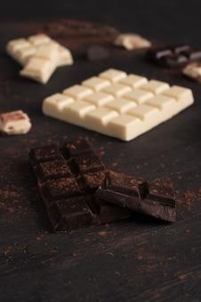 Close-up de barra de chocolate caiu em pedaços