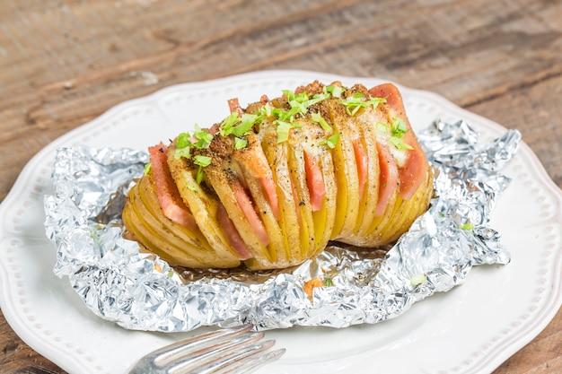 Close-up de batata quente com presunto e ervas