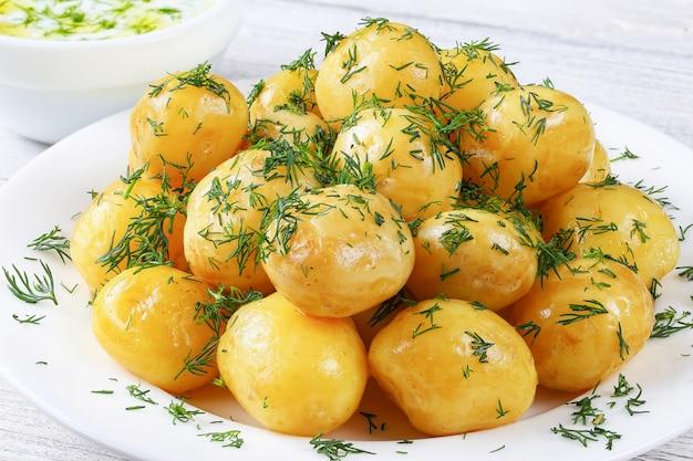 Close-up de batatas novas cozidas com ervas