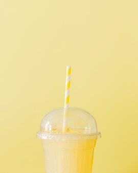 Close-up de batido de limão com palha