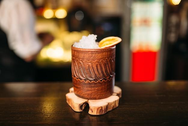 Close up de bebida alcoólica em copo de madeira