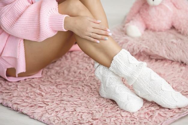 Close-up de belas pernas femininas em meias macias quentes