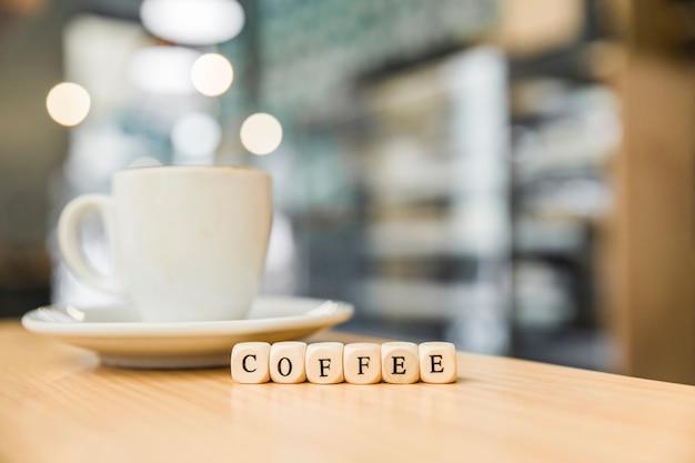 Close-up de blocos cúbicos de café de madeira com café no café