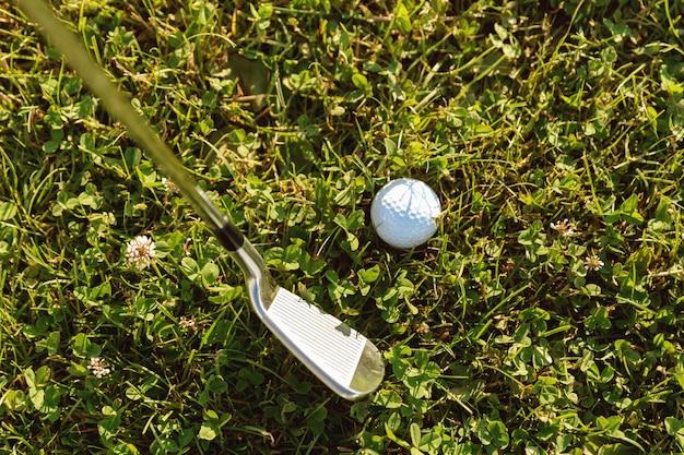 Close-up de bola de golfe com taco de golfe antes de sair