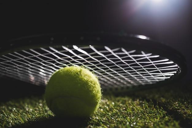 Close-up de bola de tênis com raquete
