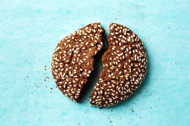 Close-up de bolacha em duas metades de chocolate