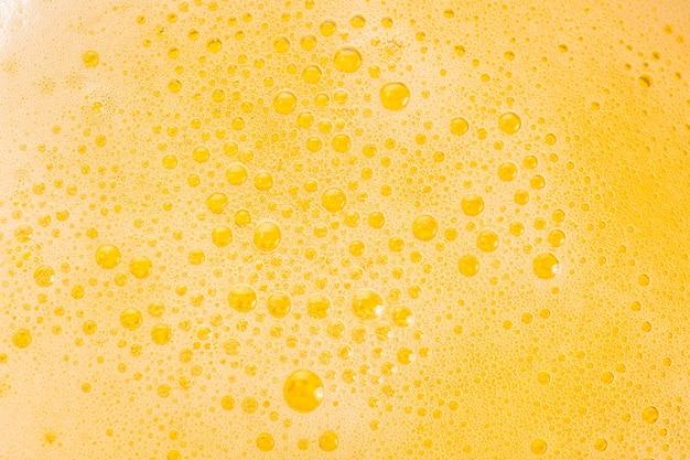 Close-up de bolhas de cerveja e espuma como pano de fundo