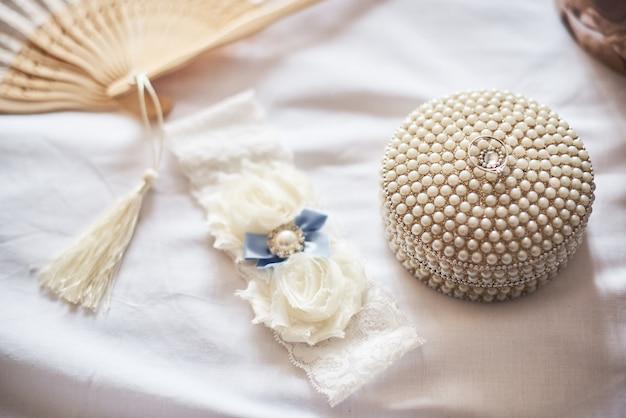 Close-up, de, branca, liga, e, aliança casamento, branco