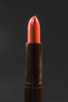 Close-up, de, brilhante, batom vermelho, contra, pretas, fundo