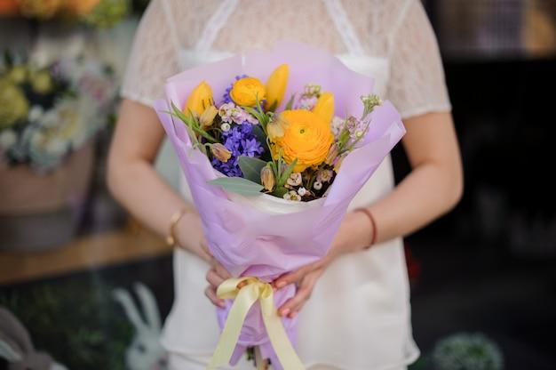 Close-up de buquê com flores azuis e amarelas
