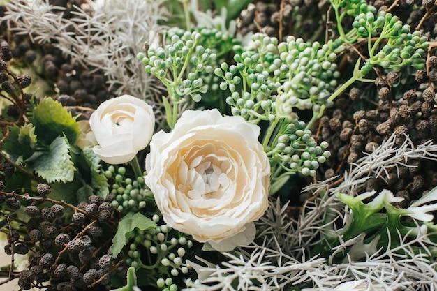 Close up de buquê de flores artificiais para decoração em casa, flor verde e branca