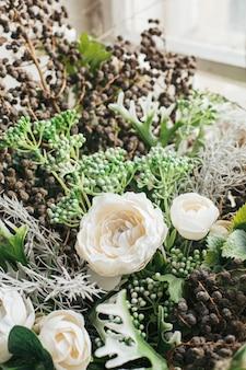 Close up de buquê de flores artificiais para decoração em casa, vista lateral de flores verdes
