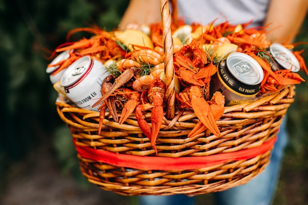 Close up de buquê de lagosta e cerveja para homem