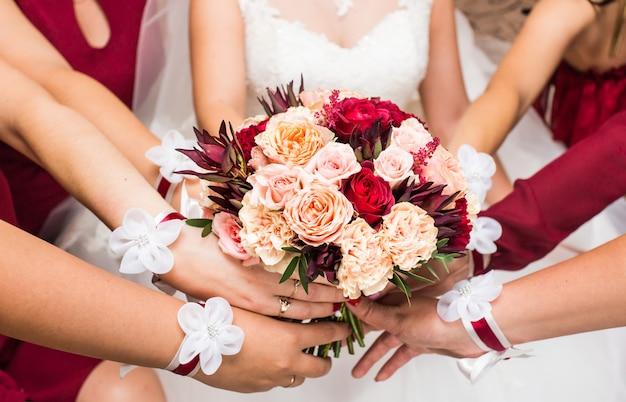 Close-up de buquês de noiva e damas de honra