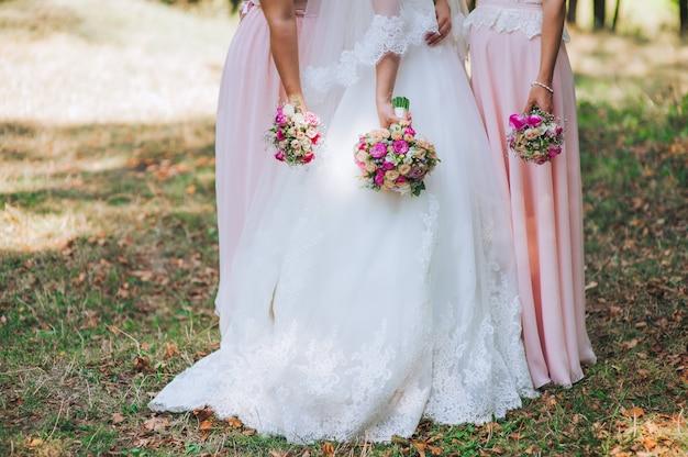 Close up de buquês de noiva e damas de honra