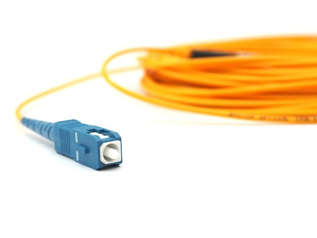 Close up de cabo de remendo de fibra óptica tipo sc branco isolado