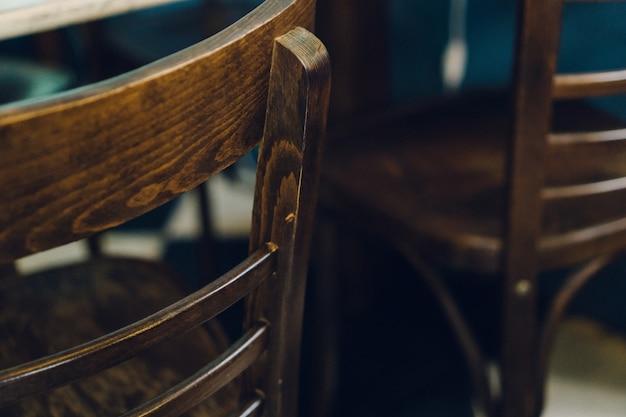 Close-up de cadeiras envernizadas