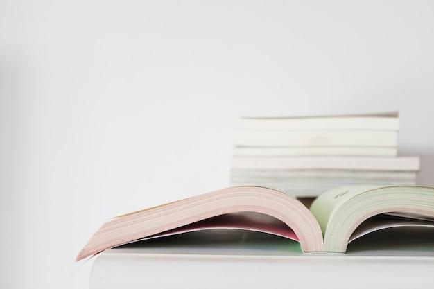 Close-up, de, caderno aberto, escrivaninha
