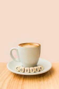 Close-up, de, café, blocos cúbicos, xícara café, ligado, madeira, superfície