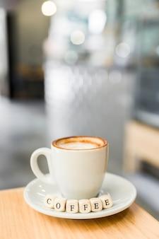 Close-up, de, café, dado, com, xícara café, ligado, tabela madeira