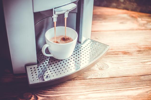 Close-up, de, café expresso, despejar, de, máquina caseiro, cozinhar, toned