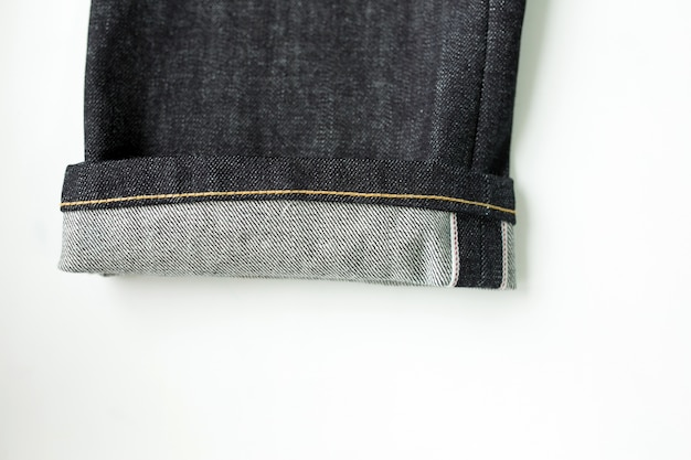 Close-up de calças de ganga com fundo branco