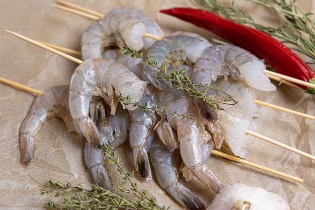 Close-up de camarão cru em um papel manteiga