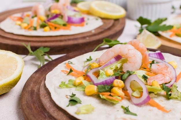 Close-up de camarão e outros alimentos na pita