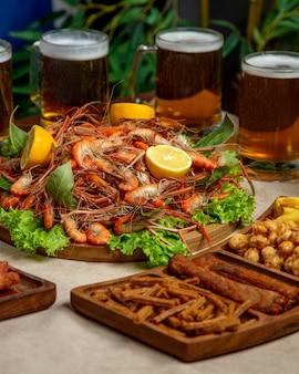 Close-up de camarão frito servido com outros petiscos de cerveja