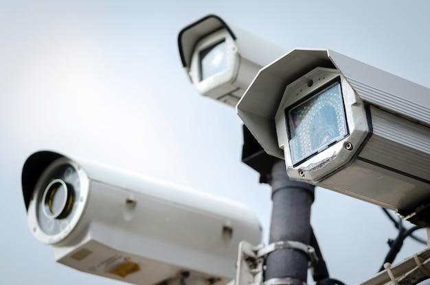 Close-up de câmeras de cftv de segurança em um poste de luz no parque