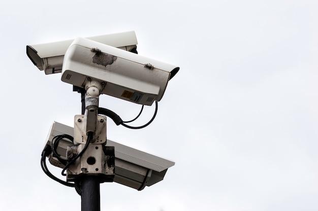 Close-up de câmeras de cftv de segurança em um poste de luz
