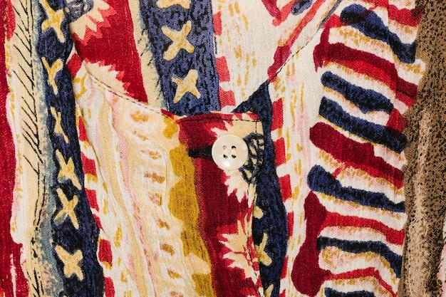 Close-up de camisa colorida retrô