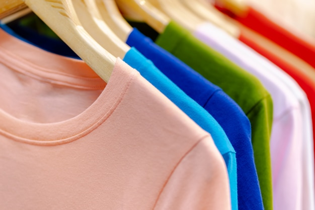 Close-up de camisetas coloridas em cabides